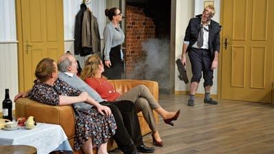 Finale mit Knalleffekt: Sozialinspektor Mister Jenkins wird kurz vor dem Besuch bei Eric Swan vom Blitz getroffen. (Bild: Monika Wick)
