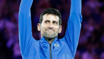 Unantastbar: Novak Djokovic stemmt zum siebten Mal den Australian-Open-Pokal in die Höhe. (Bild: Mast Irham/EPA, Melbourne, 27. Januar 2019)