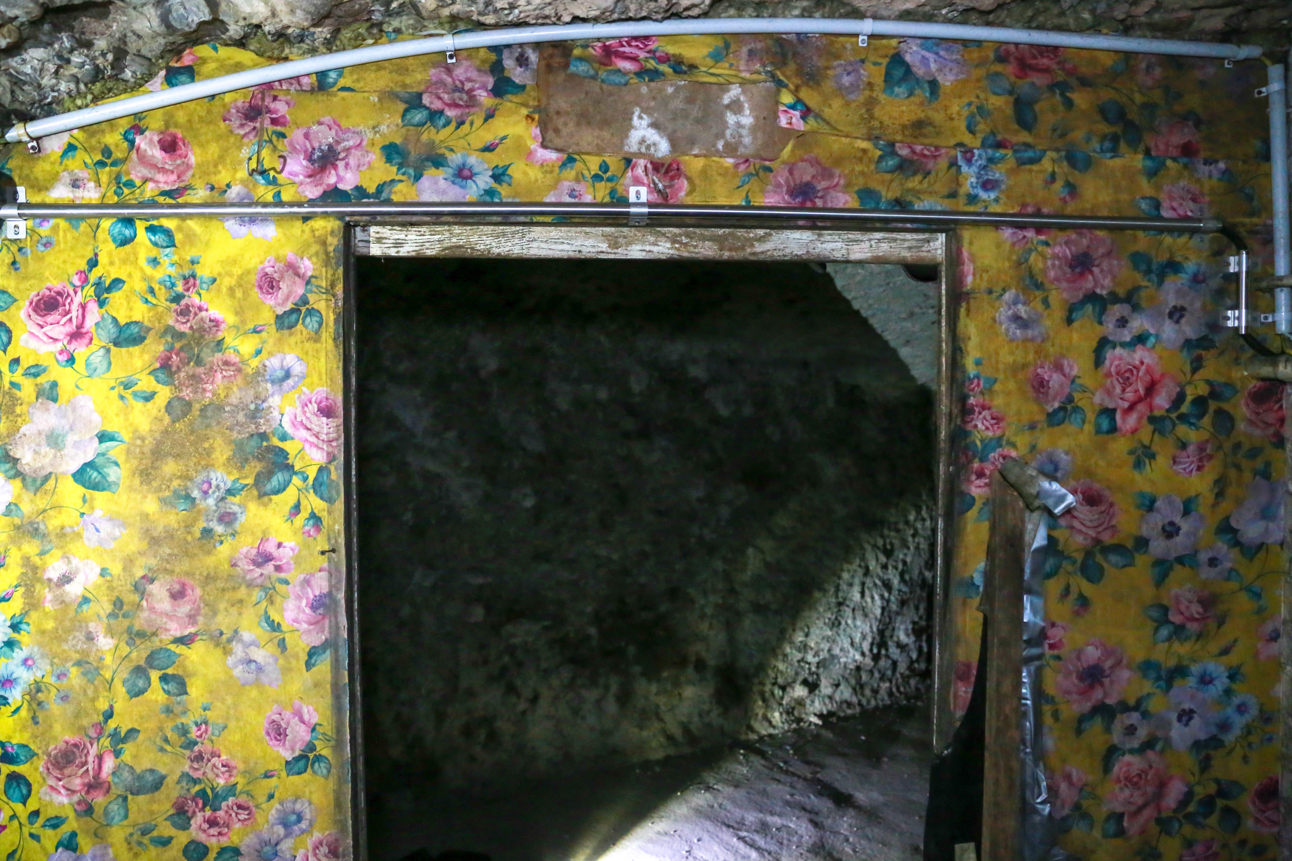 Kuriosum: Heute lässt sich nicht mehr nachvollziehen, wann die Blumentapete auf der Querwand in den Stollen kam und woher sie stammt. (Bild: Raphael Rohner)