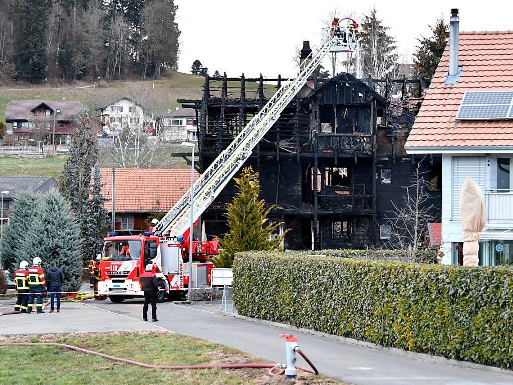 Die Feuerwehr untersucht in Steffisburg ein abgebranntes Mehrfamilienhaus. Am frühen Sonntagmorgen war das Mehrfamilienhaus i in Brand geraten und dabei vollständig ausgebrannt. (Bild: KEYSTONE/PETER SCHNEIDER)