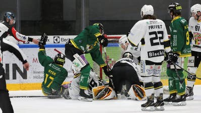Da war die Welt für den HC Thurgau noch in Ordnung: Kenny Ryan (ganz links) stocherte den Puck in der 16. Minute zum 2:1 über die Torlinie. (Bild: Mario Gaccioli)