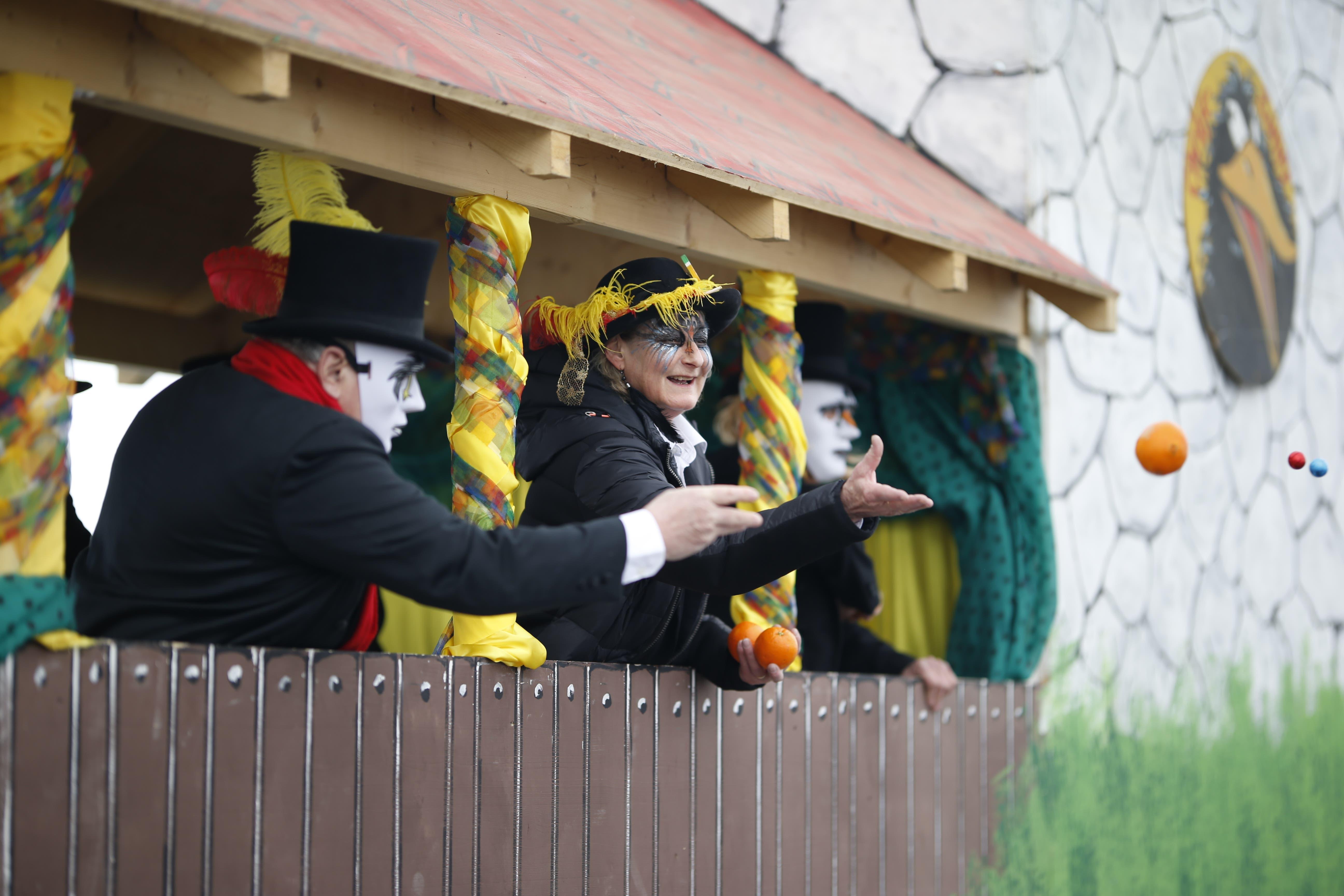 Am Fasnachtsumzug in Neuheim wird farbenprächtig die Narrensaison zelebriert. (Bild: Stefan Kaiser, 27. Januar  2019)