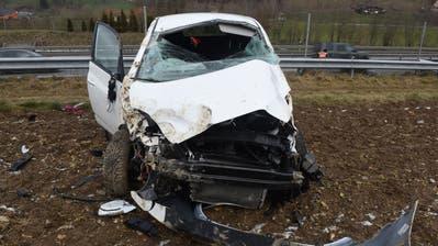 Auto auf A2 in Dagmersellen auf Acker katapultiert