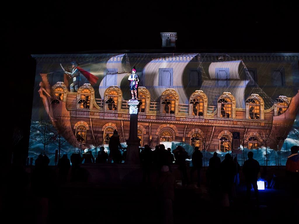 Speziell angeleuchtete Gebäude erzählten ihre ganz eigene Geschichte. (Bild: KEYSTONE/ADRIEN PERRITAZ)