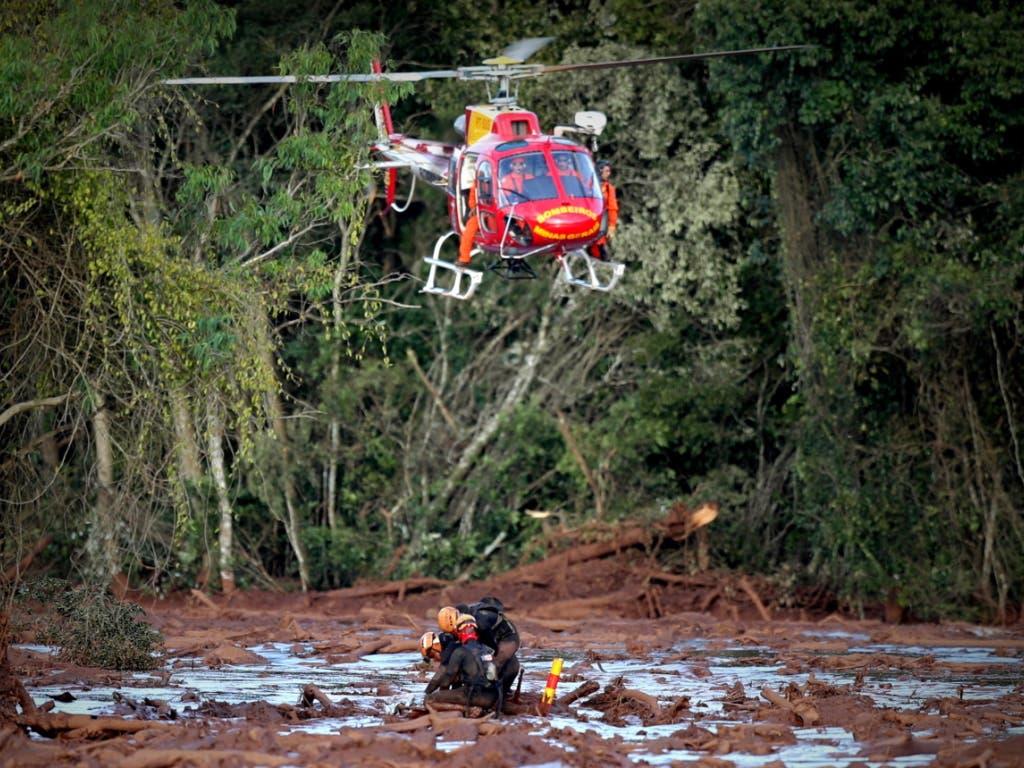 Nach einem Dammbruch in Brasilien suchen Rettungskräfte am Sonntag auch mit Helikoptern nach möglichen Überlebenden. (Bild: KEYSTONE/EPA EFE/ANTONIO LACERDA)