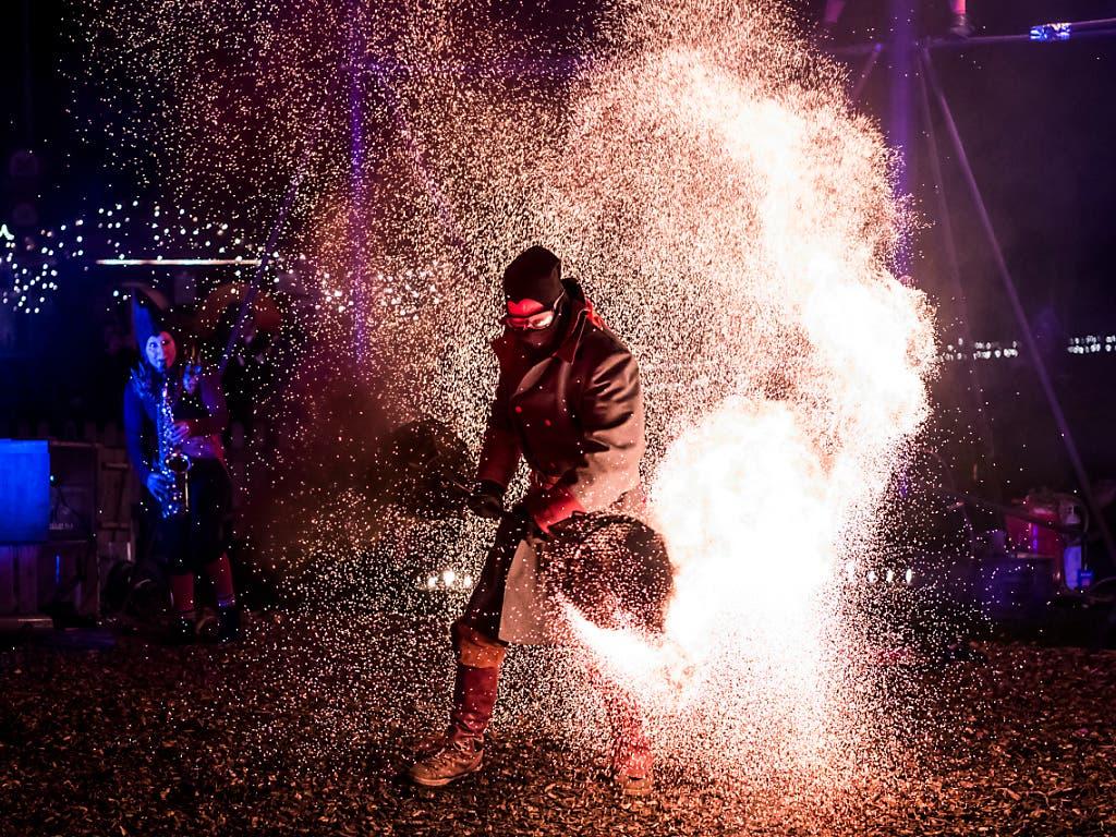 Das Feuerspektakel zog die Besucher ebenfalls in seinen Bann. (Bild: KEYSTONE/ADRIEN PERRITAZ)