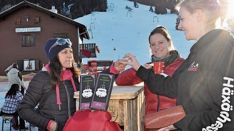 Die Tourismuskommission Dallenwil hat den «Dallenwil Taler» herausgebracht. Ju Kälin, Patricia Spring und Tina Christen (von links) führen auf dem Wirzweli das Zahlungsmittel vor. (Bild: PD)
