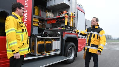 Kommandant Andreas Bösch und Vize-Kommandant Adrian Salvisberg mit dem neuen Rüstlöschfahrzeug. (Bild: Rita Kohn)