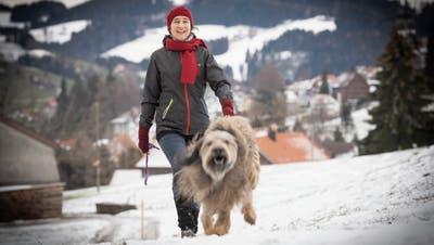 Janine Spirig auf einem Morgenspaziergang mit ihrem Hund. (Bild: Ralph Ribi, 19.Dezember 2018)