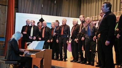 Bruno Ammann (mit den Händen gestikulierend) bei einem Auftritt mit dem Männerchor. (Bilder: Therese Schurter)