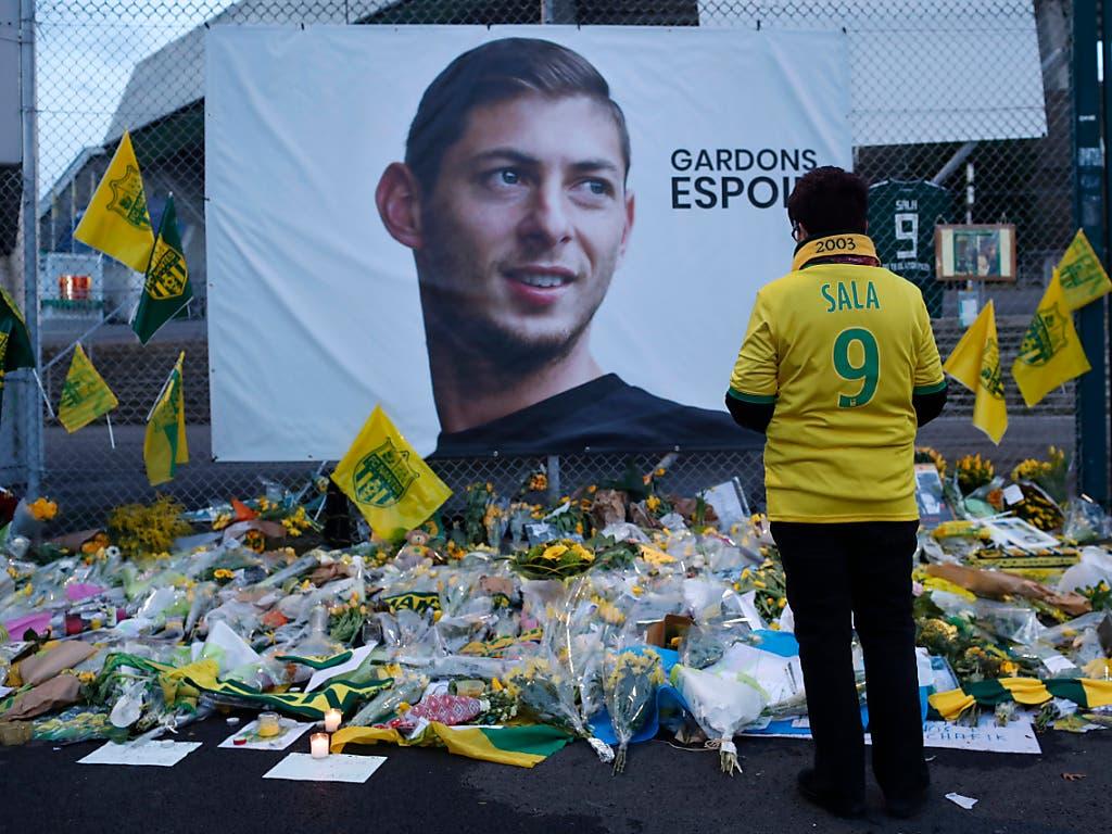 Vor dem Stadion von Nantes legten die Fans zahlreiche Blumen für den verschollenen Emiliano Sala nieder (Bild: KEYSTONE/AP/THIBALT CAMUS)