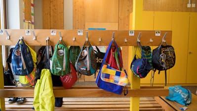 Kinder sollen in Nidwalden künftig älter sein, wenn sie erstmals ihre Schulsachen packen müssen. (Symbolbild: Corinne Glanzmann)