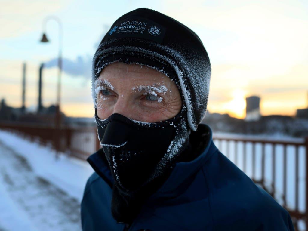 Der US-Wetterdienst warnt vor tiefen Atemzügen in der Kälte. Ein Einwohner in Minneapolis schützt sich mit einem Mundschutz. (Bild: KEYSTONE/AP Star Tribune/DAVID JOLES)