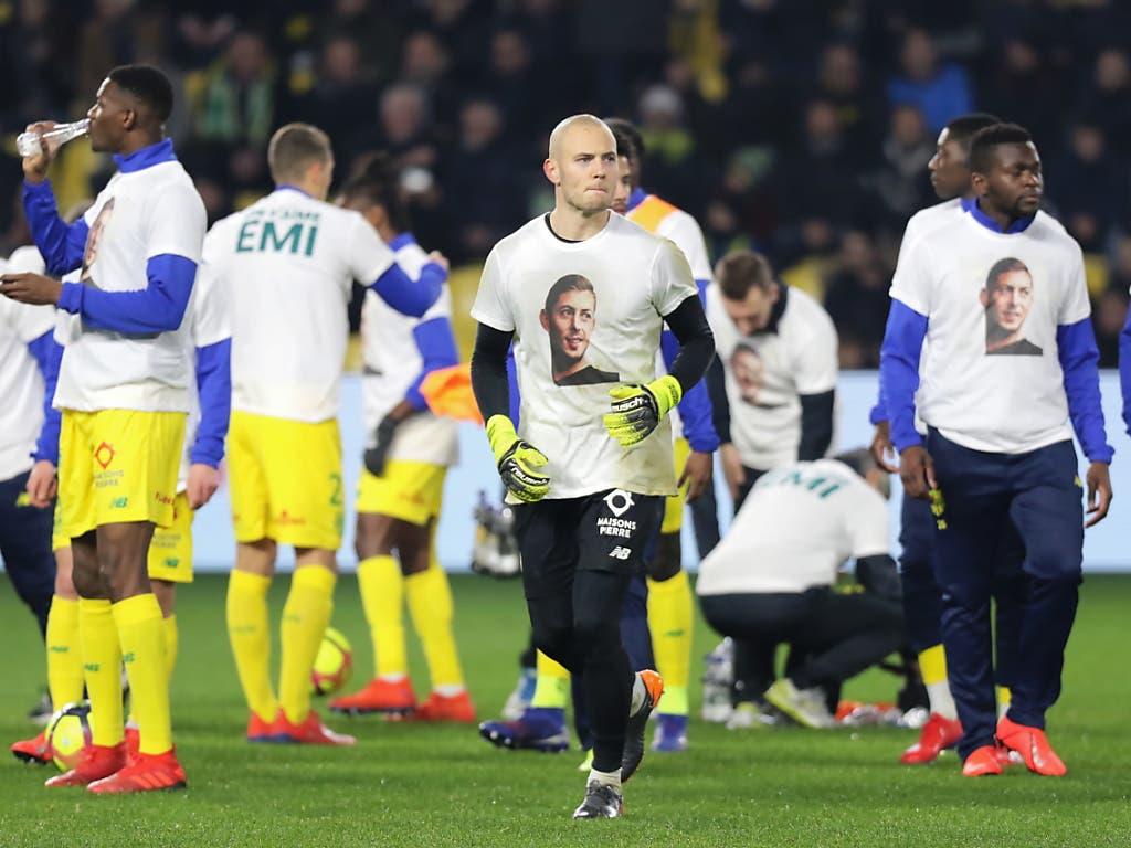 Die Nantes-Spieler erschienen vor und nach der Partie in Trikots mit einem Bild von Sala und der Aufschrift «On T'aime Emi» (Bild: KEYSTONE/EPA/EDWARD BOONE)