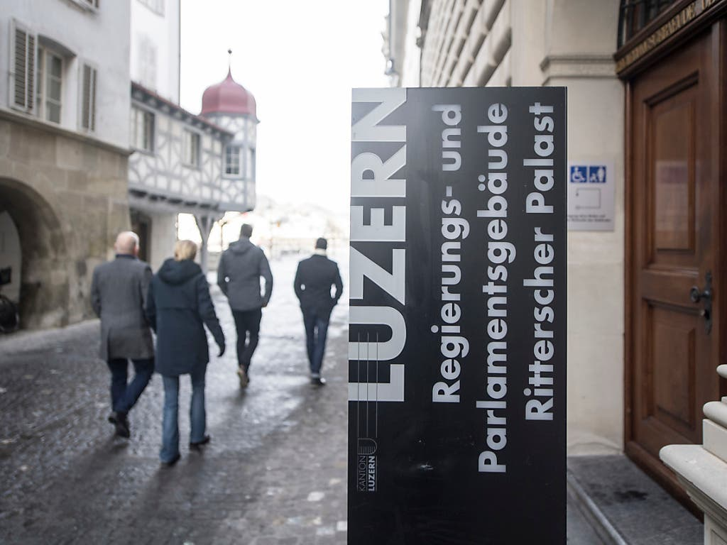 Die Luzerner Regierung orientierte am Donnerstag über die Auswirkungen des Bundesgerichtsurteils zu den Prämienverbilligungen im Kanton Luzern. (Bild: KEYSTONE/URS FLUEELER)
