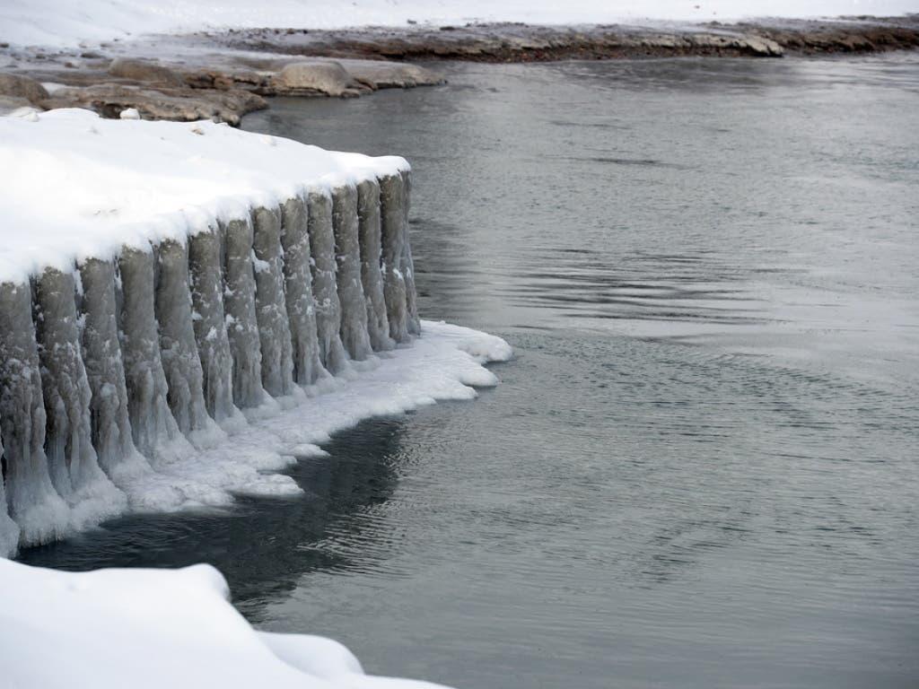 Eis und Schnee bilden Skulpturen am Lake Michigan in Chicago. (Bild: Keystone/EPA/KAMIL KRZACZYNSKI)
