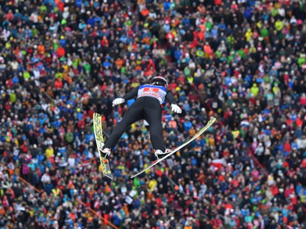 Killian Peier lässt sich auf der Bergisel-Schanze von dem Publikum inspirieren und weit nach unten tragen (Bild: KEYSTONE/APA/APA/BARBARA GINDL)