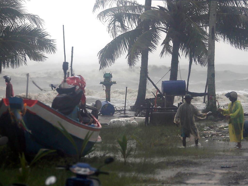 Rette sich wer kann vor dem Tropensturm Pabuk an der Südküste Thailands. Die Wellen türmten sich bis fünf Meter hoch. (Bild: KEYSTONE/EPA/STRINGER)