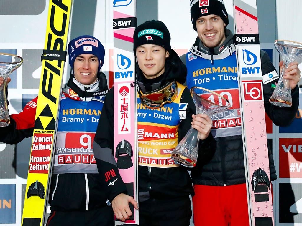 Das Podest in Innsbruck: Stefan Kraft (links/2.), Ryoyu Kobayashi (mitte/1.) und Andreas Stjernen (links/3.) (Bild: KEYSTONE/AP/MATTHIAS SCHRADER)