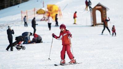 Der kleine Skilift auf dem Raten ist geöffnet: Für Daisy Holz aus Baar perfekt für einen Skitag. (Bild: Stefan Kaiser (Oberägeri, 4. Januar 2019))