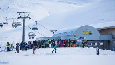 Wer über die Festtage Ski fuhr, musste – wie hier beim Erzeggskilift auf der Melchsee-Frutt – lange anstehen. Bild: Manuela Jans-Koch, 3. Januar 2019)