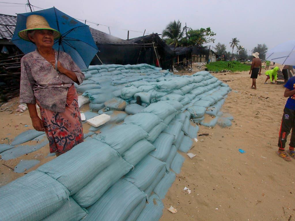 Schutzwalle aus Sandsäcken: Bewohner der Küstenregion Songkhla in Thailand bereiteten sich auf Tropensturm «Pabuk» vor. (Bild: KEYSTONE/AP/SUMETH PANPETCH)