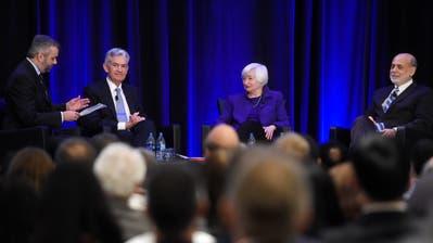 Neil Irwin, Journalist der «New York Times», Fed-Chef Jerome Powell und seine Vorgänger, die ehemaligeFed-Vorsteherin Janet Yellen sowie Ben Bernanke während einer Konferenz in Atlanta (v. l.). (Bild: Annie Rice/AP, 4. Januar 2019)