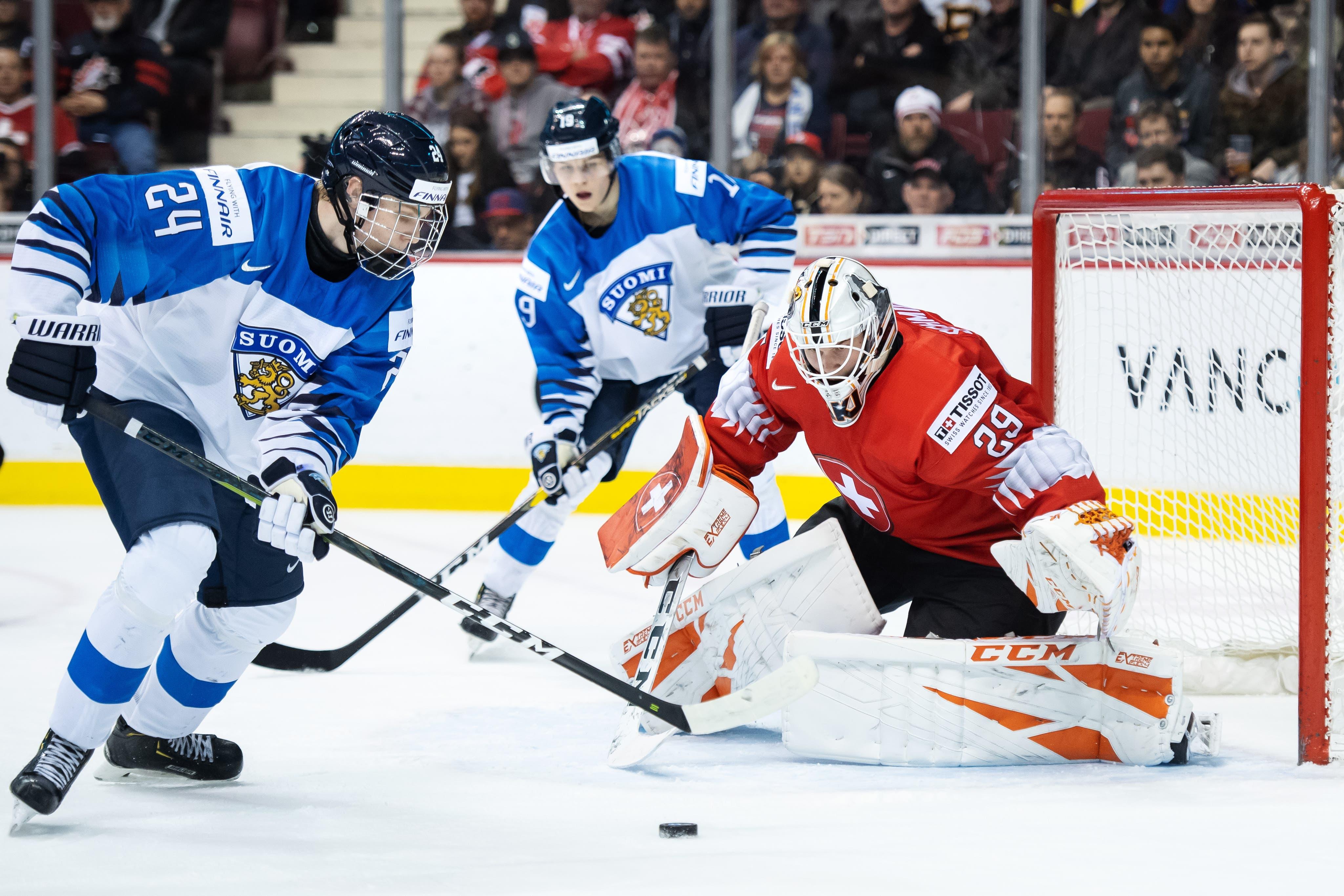 Die Finnen waren klar besser. Der Schweizer Torhüter Akira Schmid hatte alle Hände voll zu tun. (Bild: Joel Marklund/Bildbyran/freshfocus (Vancouver, 4. Januar 2019))