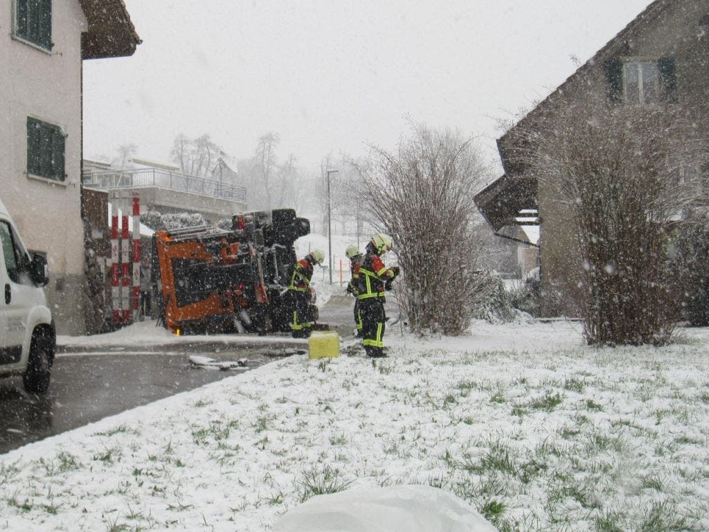 In Hägglingen AG geriet ein Salzstreuwagen aufgrund des Schneefalls ins Rutschen und kam schliesslich an einer Steinmauer zum Stillstand. (Bild: Kantonspolizei Aargau)