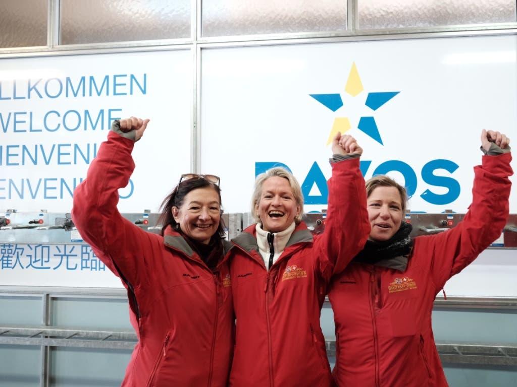 Die Siegerinnen des diesjährigen Parlamentarier-Skirennens heissen: Yvonne Gilli, Andrea Gmür und Christa Markwalder. (Bild: Marcel giger, @snow-world.ch)