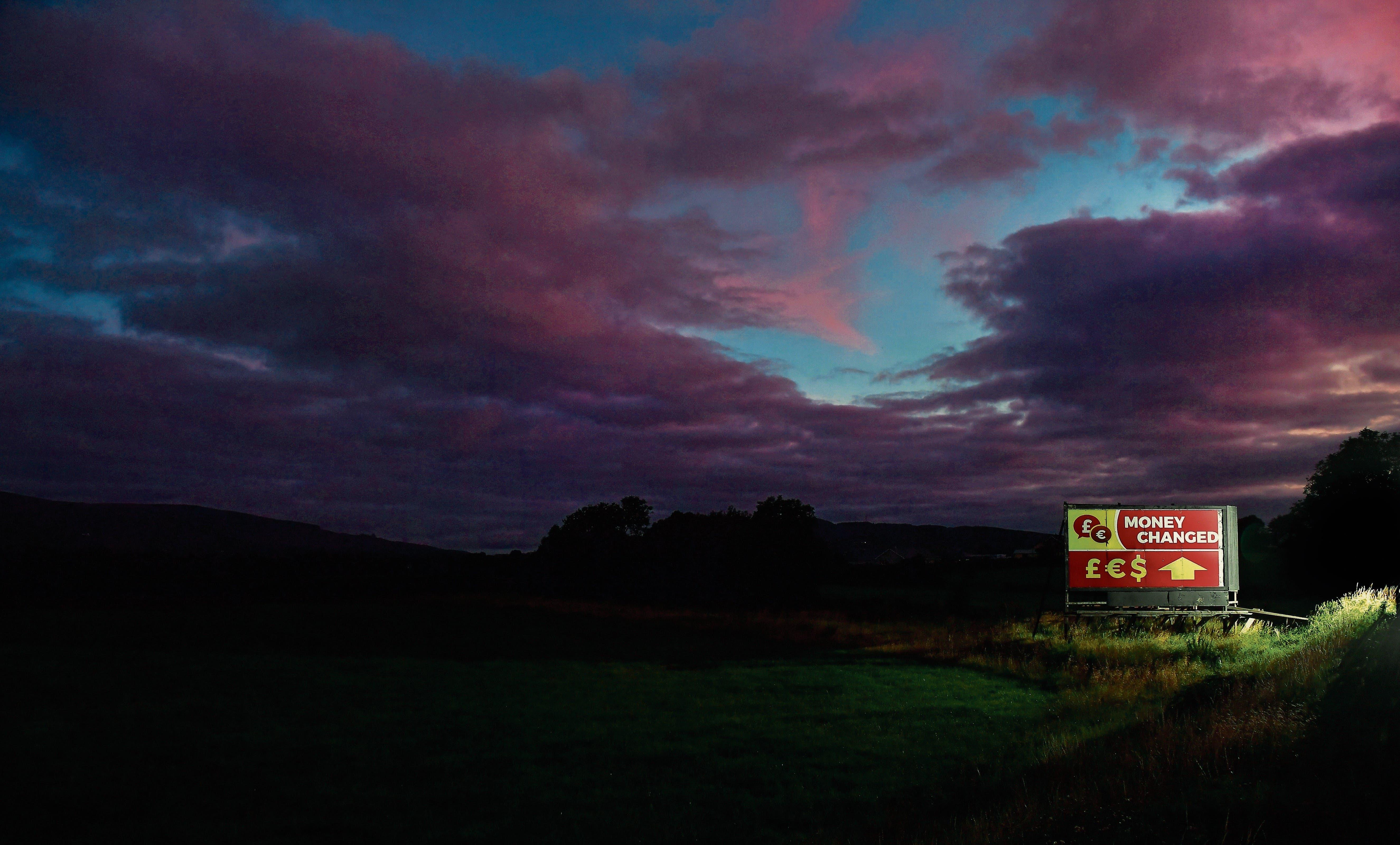 Ein Plakat bewirbt Geldwechseldienste zwischen den Ortschaften Newry und Dundalk in der Nähe der irisch-nordirischen Grenze. (Bild: Charles McQuillan/Getty Images (23. August 2018))