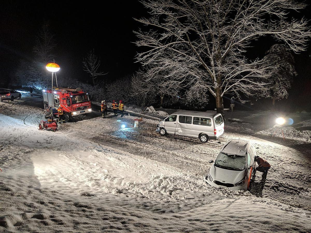 Auch beim Unfall am Abend war die Strasse schneebedeckt. (Bild: Geri Holdener, Bote der Urschweiz)