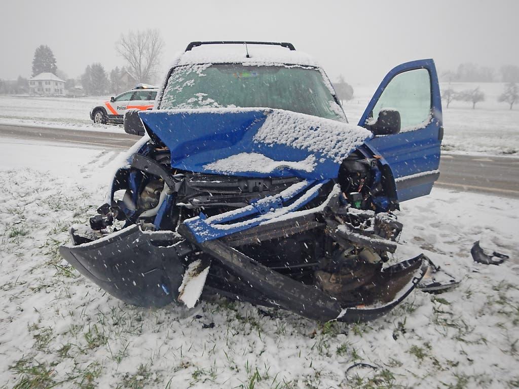 Auf den Schweizer Strassen ist es am Samstag zu zahlreichen schneebedingten Unfällen gekommen. Beim Grossteil blieb es - wie in diesem Fall in Wigoltingen TG - bei Blechschäden. (Bild: Kantonspolizei)