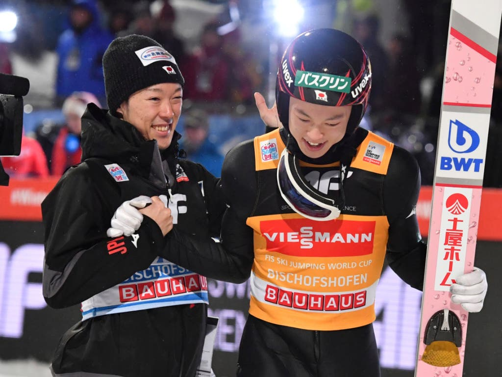 In diesem Moment steht der Grand Slam fest: Ryoyu Kobayashi und sein Bruder Junshiro (Bild: KEYSTONE/AP/KERSTIN JOENSSON)