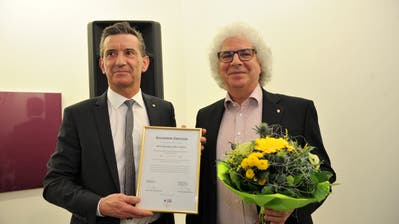 Verleihung Goldner Uristier in Altdorf: Bildungs- und Kulturdirektor Beat Jörg (links) mit Preisträger Hansjörg Felber. (Bild: Urs Hanhart, Altdorf, 5. Januar 2019)