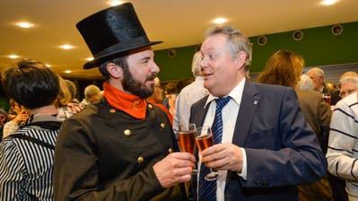 Kaminfegermeister Walter Tanner und Stadtpräsident Thomas Niederberger stossen aufs neue Jahr an. (Bild: Donato Caspari)