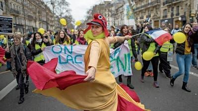 Nach den schweren Krawallen vom Samstag demonstrierten am Sonntag vor allem Frauen – ohne Gewalt. (Bild: Ian Langsdon/EPA, Paris, 6. Januar 2019)