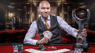 Dan Erbert mit den typischen Arbeitsgeräten eines Croupiers – und dem Siegerpokal – im Casino. (Bild: PD/Tomas Capek)