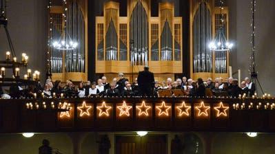 Kantor Cornelius Bader mit den Musikern auf der Empore der katholischen Kirche in Sirnach. (Bilder: Christoph Heer)