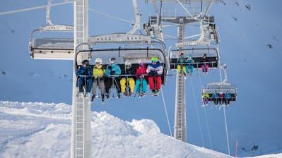Gut gefüllte Sesseli: Die Skiarena Andermatt-Sedrun hat im Vergleich zum Vorjahr einen massiven Anstieg an Besuchern erzielt. (Bild: Valentin Luthiger)