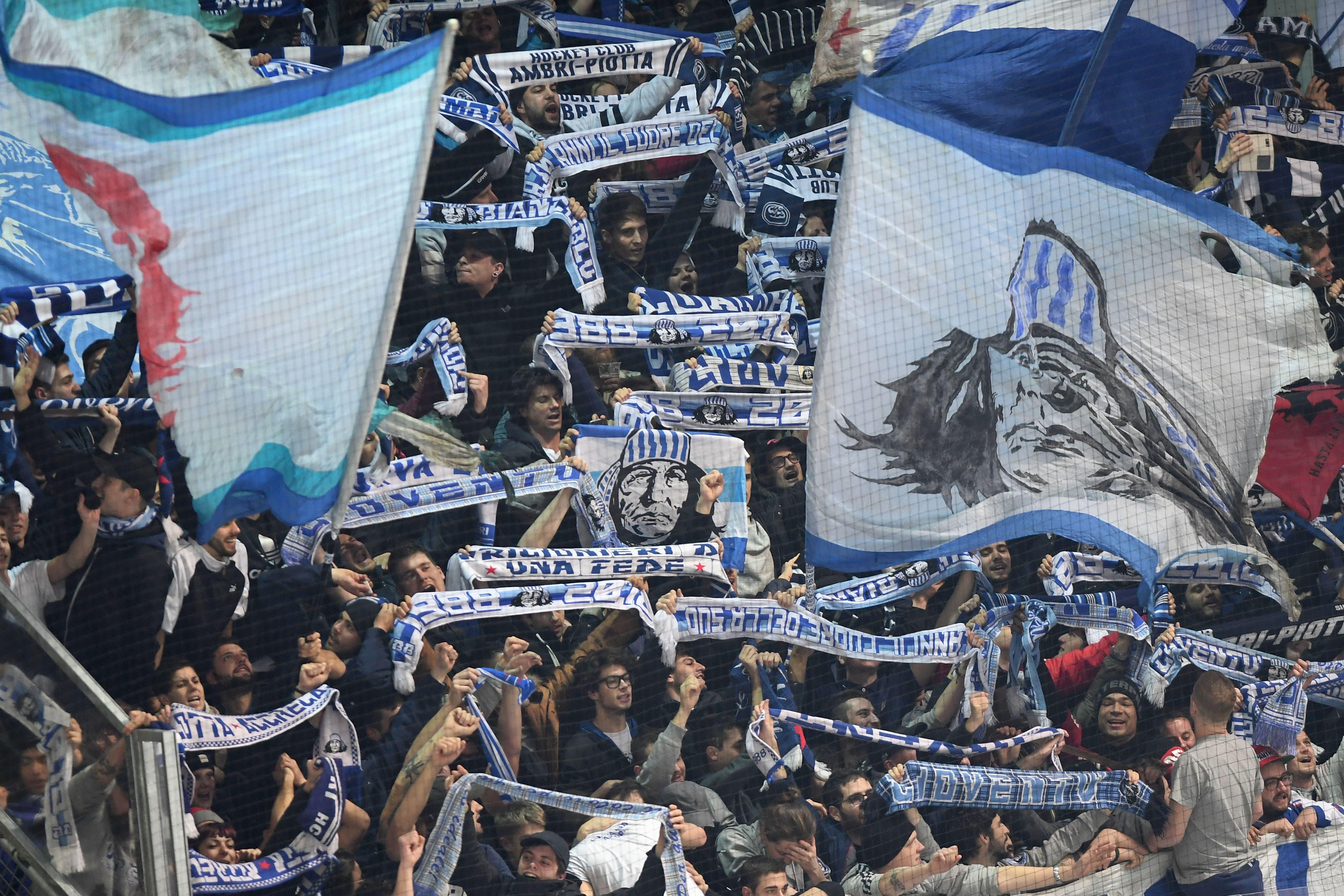 """Die """"Curva Sud"""" in der Valascia, dem Stadion des HC Ambri-Piotta (Bild: KEYSTONE/Ti-Press/Samuel Golay)"""