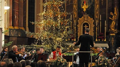 Nicolas Senn (in der Appenzeller Tracht) begleitete als Solist am Hackbrett das Stradis Orchester. (Bilder: Michael Hug)