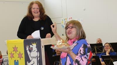 Thomas Götz überrascht als Sabine Schnyder Gemeindepräsidentin Sonja Wiesmann mit einem Königskuchen. (Bild: Manuela Olgiati)