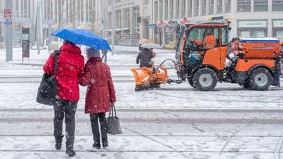 Der Winter ist da: Seit Samstag hat die Schneeräumung in der Stadt alle Hände voll zu tun – hier am St.Galler Hauptbahnhof. (Bild: Urs Bucher, 5. Januar 2019)