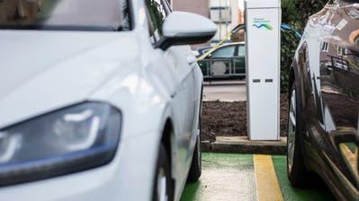 Elektroautos an einer Ladestation der Technischen Betriebe Kreuzlingen. (Bild: Reto Martin)