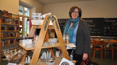 CarolaBitzer, die Gründerin der Wortschatzbibliothek im alten Standort Fruthwilen. (Bild: Annika Wepfer)