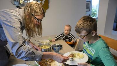 Pro Tag und Person fünf Franken Essensgeld: Dieses Szenario droht bei einer Sozialhilfe-Kürzung um 30 Prozent. (Symbolbild Keystone)