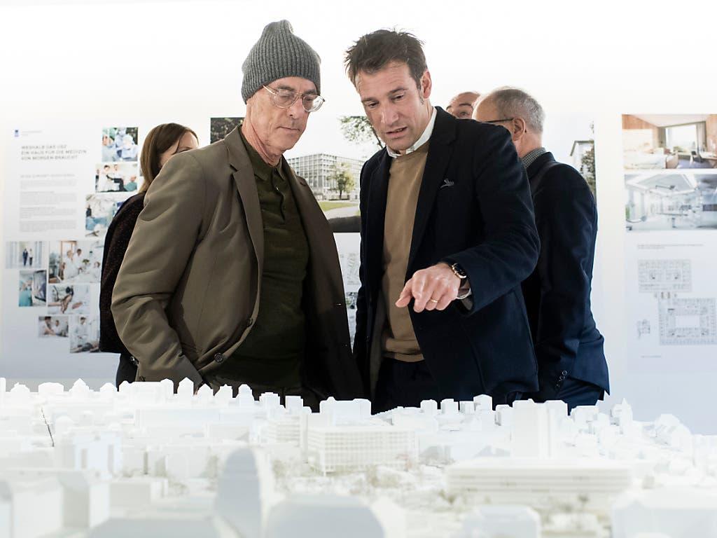 Jacques Herzog von Herzog & de Meuron (links) und Emanuel Christ von Christ und Gantenbein begutachten im Amsthaus IV das Zürcher Stadtmodell. Neuerdings sind darin auch ihre Neubauprojekte für Universität und Unispital zu finden. (Bild: KEYSTONE/ENNIO LEANZA)
