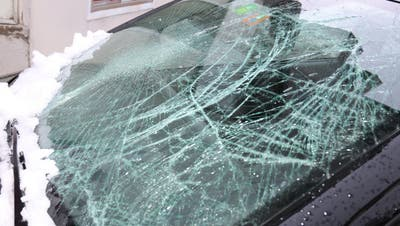 Kann teuer werden: die durch eine Dachlawine beschädigte Frontscheibe eines Autos in St.Gallen. (Bild: Stadtpolizei St.Gallen - 8. Januar 2019)