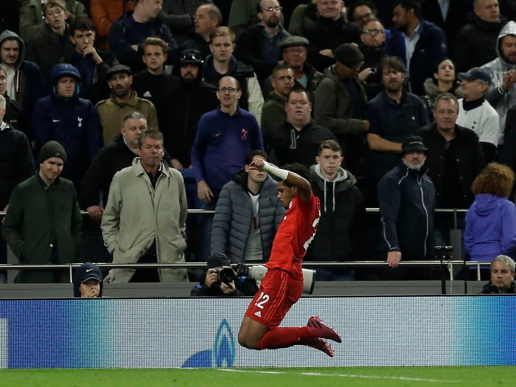 Serge Gnabry lässt sich beim Kantersieg von Bayern München bei Tottenham als vierfacher Torschütze feiern (Bild: KEYSTONE/AP/MATT DUNHAM)